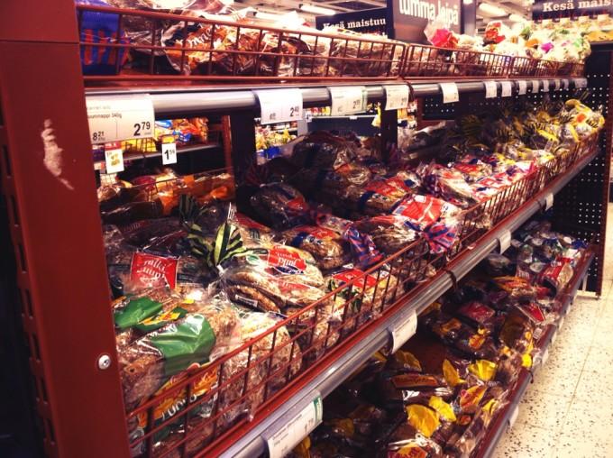 Im finnischen Supermarkt: dunkles Brot