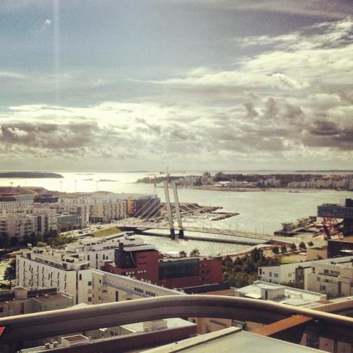 Helsinki von oben: viel Wasser, viel Baustelle.