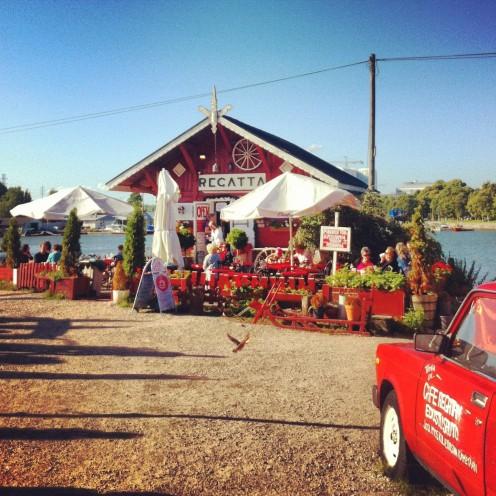 Romantisch: das Café Regatta in einem der typisch skandinavischen, roten Holzhäuser