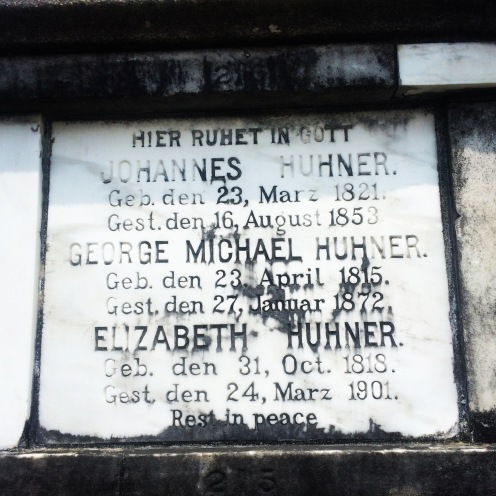 """Viele der deutschen Einwanderer starben an Gelbfieber. Weil sie sich keine eigene Gruft leisten konnten, wurden sie in den Friedhofsmauern in sogenannten """"Ofengräbern"""" bestattet."""