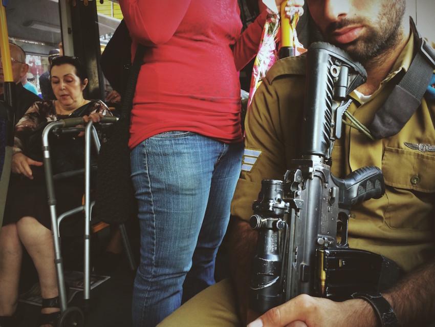 Bewaffneter Soldat im Bus in Jerusalem